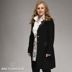 Ayşen İnci interpreta Ulviye Metehanoğlu, la madre de Levent - Ömer Sueños robados (Yarali Kuslar)