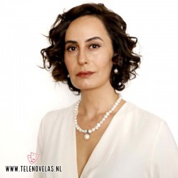 Senan Kara da vida a Nermin, la madre adoptiva de Zeynep.